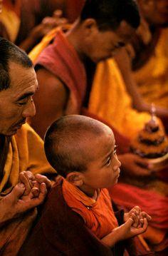 Ernst Haas: Himalayan Pilgrimage [Tibet, What a beautiful photo Religions Du Monde, Cultures Du Monde, World Religions, World Cultures, Buddha Buddhism, Buddhist Monk, Tibetan Buddhism, Buddhist Beliefs, Buddha Wisdom