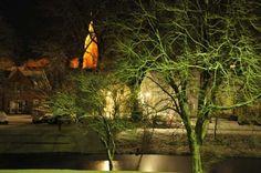 Glockenturm und Wochenmarkt von Jever