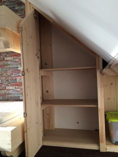 Closet besides Bunk bed boys room / kledingkast naast stapelbed jongenskamer