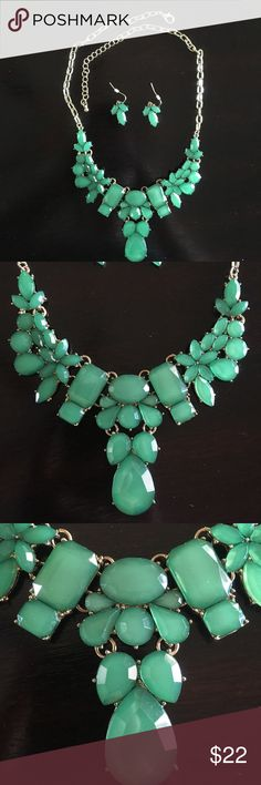 NWOT necklace/earring set NWOT! Beautiful green necklace and earring set! Jewelry