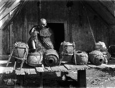 Young Maori man alongside the doorway of a pataka (Maori storehouse) with taha (Maori calabashes made from the fruit of the gourd plant) for holding preserved birds. Samoan Tribal, Filipino Tribal, Hawaiian Tribal, Hawaiian Tattoo, Polynesian People, Maori Patterns, Maori People, Cross Tattoo For Men, Maori Designs