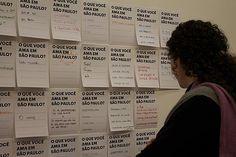 Visitante observa panfletos expostos na Zipper Galeria, no Jardim Paulista, região oeste de São Paulo