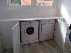 Weggewerkte wasmachine en droger in knieschot zolder.