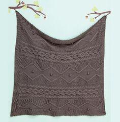 Mixer les points de tricot Irlandais et fantaisie pour cette couverture pour bébé très douce. Un modèle réalisé dans un fil classique composé à 25% de laine peignée à découvrir dans les fils