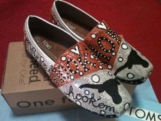 Toms Shoes OFF!>> Texas Longhorn Toms by: Karen Laughlin Painted Toms, Hand Painted Shoes, Ut Longhorns, Hook Em Horns, University Of Texas, Walk This Way, Shoes Outlet, Custom Shoes, Converse