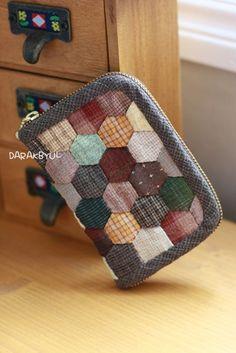 요놈 요놈 너무 귀엽지 않나요~~~이웃 블로거님이신 '콩새'님 패키지 입니다.이웃님이라고도 부꾸럽지만..... Japanese Patchwork, Patchwork Bags, Quilted Bag, Paper Piecing Patterns, Quilt Block Patterns, Quilt Blocks, Diy Wallet, Fabric Wallet, Kids Clothes Patterns