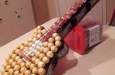 DIY Candy Guitar gift on Tip Junkie – A Candy Guitar makes a beautiful and delicious gift for him. You can make a real-size guitar (in this case you will need a… Creative Gifts, Cool Gifts, Best Gifts, Guitar Gifts, Candy Crafts, Candy Bouquet, Anniversary Gifts For Him, Jar Gifts, Homemade Gifts
