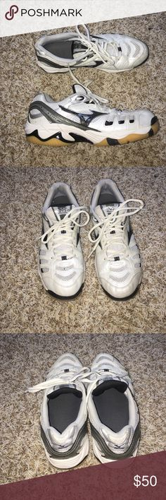 Mizuno volleyball shoes In great condition, no rips or anything/ only wore it for 3 games and it's to small for me Mizuno Shoes