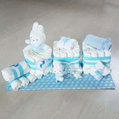 Luiertaart Trein Nijntje Jongen Baby Shower Baskets, Nappy Cakes, Shower Bebe, Diy Gift Baskets, Shower Gifts, Personalized Wedding, Baby Dolls, Giraffe, Baby Gifts