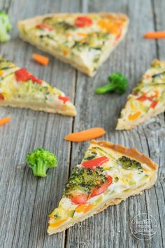 Dieses Gemüsequiche-Rezept lässt sich ganz einfach je nach Geschmack und Kühlschrankinhalt anpassen. Die Quiche kann vegetarisch oder mit Schinken gebacken werden. Und wenn die Kinder mit aussuchen dürfen, dann essen sie die bunte Gemüse-Quiche garantiert auch mit!