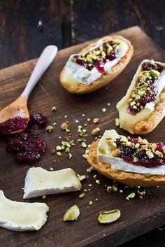 Camembert, confiture de fruits rouges et pistaches
