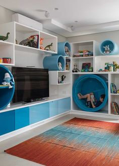 Os clientes do escritório ALN Arquitetos são uma família típica, um casal com dois filhos. E solicitaram aos profissionais um home theater para adultos na sala e uma brinquedoteca para as crianças. Os clientes eram bem tranquilos e aceitaram bem as soluções propostas. Um outro pedido