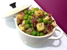 Guisantes con jamón, patatas y cebolla