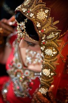 Indian bride wearing bridal lehenga and jewelry. Indian Bridal Wear, Asian Bridal, South Asian Wedding, Pakistani Bridal, Bridal Lehenga, Bride Indian, Punjabi Bride, Pakistani Jewelry, Indian Jewelry