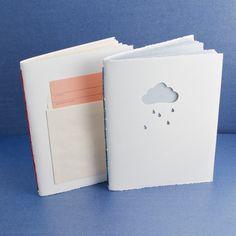 Il quaderno della pioggia. Sagome con foglio di guardia colorato in vista.