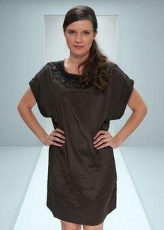 Minus kjole med rund udskæring, påsatte perler, pailletter og skind kontrast samt brede korte ærmer. Længden er 88 cm. i str. small. Kvaliteten er 100% polyester.Model: 115,8300