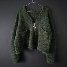 Ravelry: Grüner Jacket pattern by Witre Design Knitting Designs, Knitting Patterns, Piercings, Budget Planer, Moda Emo, Jacket Pattern, Knitting For Beginners, High Waist Jeans, Design Model