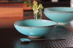 I live with one-U-Abundante style: Makiko Suzuki Stoneware Mugs, Ceramic Bowls, Ceramic Art, Pottery Bowls, Ceramic Pottery, Low Carb Sweets, Calming Colors, Shades Of Turquoise, Plates And Bowls
