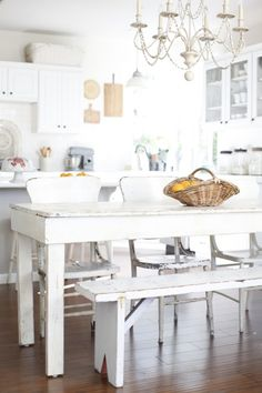 Mesa y banca rústicas en blanco para cocina igual