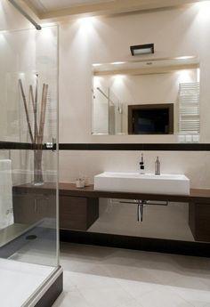 aménagement salle de bain avec une douche à l'italienne et sous lavabo en bois