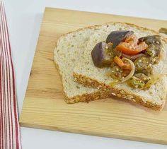 Um dos aperitivos mais comuns (e mais gostosos) do mundo é a caponata: aquele antepasto de berinjela servido para comer com pão nas cantinas.