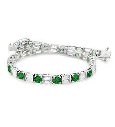 La pulsera DEBBY es una excepcional muestra de una pieza de alta joyería; una pulsera de diseño único y original, donde se combina el brillo de los mejores diamantes y el intenso verde de las esmeraldas colombianas.