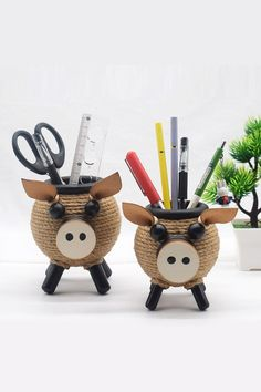 Bundled and made by hand, the cute little pig makes the pen holder not simple, and it is also an interesting decoration when placed on the table. Cool Office Supplies, Pig Pen, Office Desktop, Cute Notebooks, Little Pigs, Pen Holders, Office Gifts, Storage Organization, Christmas Gifts