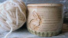 Tazón de fuente de hilo con Angora de conejo - organizador con conejo - cerámica hecha a mano de tejer- de BRobertsonPottery en Etsy https://www.etsy.com/es/listing/462690669/tazon-de-fuente-de-hilo-con-angora-de
