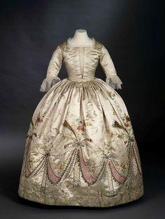 Платье, которое, как полагают, создала Роз Бертен для Марии-Антуанетты в 1780-ые г., спустя век подвергшееся переделке; из коллекции Royal Ontario Museum.