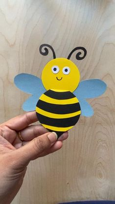 Hand Crafts For Kids, Craft Projects For Kids, Toddler Crafts, Art For Kids, Bug Crafts, Preschool Crafts, Bee Activities, Bee Cards, Christmas Card Crafts