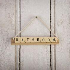 Jeśli Wasze Scrabble uległy zdekompletowaniu, możecie wykorzystać litery do stworzenia oryginalnych zawieszek na drzwi. #Aquaform #Łazienka #Bathroom #DIY #DoItYoursel #Design #Inspirations #Decorations #Interior #WystrójWnętrz #Wnętrza #ZróbToSam #scrabble #napis #zawieszka #litery
