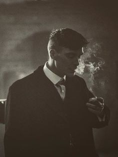 """clássico ohfuckyeahcillianmurphy: """"Before the take… Cillian Murphy on the set of Peaky Blinders by Robert Viglasky """" Peaky Blinders Poster, Peaky Blinders Wallpaper, Peaky Blinders Series, Peaky Blinders Quotes, Peaky Blinders Tommy Shelby, Peaky Blinders Thomas, Cillian Murphy Peaky Blinders, For Emma Forever Ago, Tom Hardy"""
