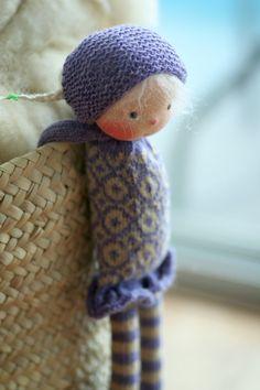 Handgefertigten Puppe nach Waldorfpädagogik. Die Puppe Lori ist 13(33 cm) lang. Ihr Kopf ist im traditionellen Stil Waldorf geformt; der Kopf besteht aus 100 % Baumwoll-Jersey aus den Niederlanden. Augen und Mund sind von Hand bestickt. Der Körper der Puppe ist handgestrickte von mir mit hochwertigen Wollgarne und Fair Isle stricken Technik und Motive. Der Körper ist gefüllt mit gereinigten und kardiert Schafwolle. Das Haar besteht aus ganz besonderen DollyMo-Mohair-Garn. Ihre Wangen sind…