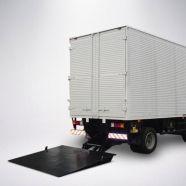 Aplicação: em veículos tipo VUC (CET-SP) com P.T.B. acima de 7.000 kg. Mesa da Plataforma elevatória cargas veiculares convencional para VUC : com 2.100 mm de largura e 1.800 mm de comprimento. Acionamento eletroidráulico 12 ou 24 VDC, conectado ao sistema elétrico do veículo. Comando com alavancas removíveis ou com botoeiras (simples, dupla, remota com cabo ou no pé).