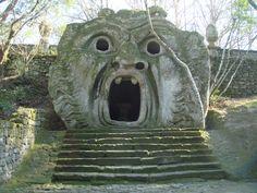 IL PARCO DEI MOSTRI DI BOMARZO  Un parco ispirato ai classici della mitologia dove la pietra si è trasformata in animali giganti, uomini, donne e mostri che abitano un labirinto fiabesco.