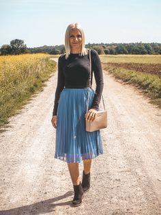 Plisseeröcke stylen für das perfekte Spätsommer-Outfit Basic Fashion, German Fashion, Fashion Weeks, Outfit Posts, Your Style, Midi Skirt, Style Inspiration, Lifestyle, Pantone
