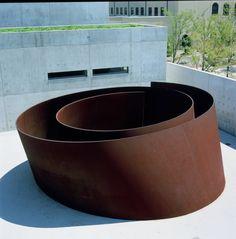 """Richard Serra (San Fco, 2 11 1939) escultor post minimalista (tendencia de arte procesual) conocido x trabajar con grandes piezas de acero corten. Obtuvo el Premio Príncipe de Asturias 2010. A finales de los 60, las series Prop o Belts, la muestra Live Animal Habitat, muestran la rebeldía y originalidad de su autor, pero todavía a escala pequeña. """"Lo importante de esos 1ros tiempos"""", decía, era el proceso creativo, no el rtdo final."""