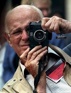 Cartier Bresson also shoots with his left eye. Henri Cartier Bresson in 1989 History Of Photography, Candid Photography, Camera Photography, Underwater Photography, Street Photography, Portrait Photography, White Photography, Landscape Photography, Nature Photography