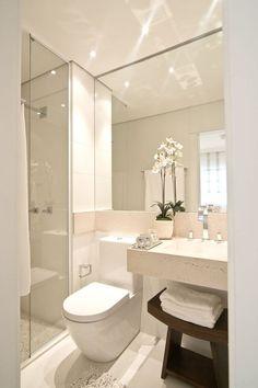 Banheiro simples e pequeno com bancada de pedra: