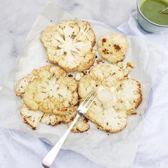 Ook als je niet van bloemkool houdt moet je dit gegrilde bloemkool uit de oven recept eens proberen. Snij bloemkool in plakken en…. hele bloemkool, salade
