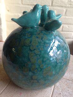 Ceramic ball with birds, keramiek bal met vogeltjes. Ceramic Angels, Ceramic Birds, Moon Jar, Balloons, Pottery, Clay, Vase, Gardens, Terracotta