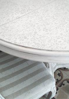 vecchio tavolo recuperato in stile shabby e vecchie sedie con tappezzeria personalizzata