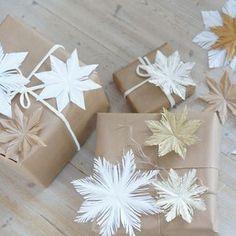 Olemme joka vuosi tehneet itse kuusenkoristeet lasten kanssa. On mukava ripustaa itsetehdyt koristeet joulukuuseen ja muistella menneitä. Tänä... Natural Christmas, Gift Wrapping, Hacks, Gifts, Christmas, Gift Wrapping Paper, Presents, Wrapping Gifts, Favors