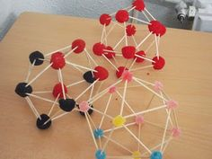Construir figuras geométricas con palillos de dientes.