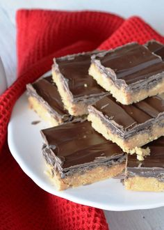 Peanut Butter Bars are a twist on the classic Peanut Butter Balls. Less time consuming, but the same great taste! Christmas dessert tables are nothing without the appearance of Peanut Butter Bars! A Newfoundland traditional sweet treat is the peanut… Chocolate Dipped Fruit, Homemade Chocolate Chips, Chocolate Recipes, Christmas Sweets, Christmas Baking, Christmas Crack, Christmas Cookies, Christmas Time, Gluten Free Desserts