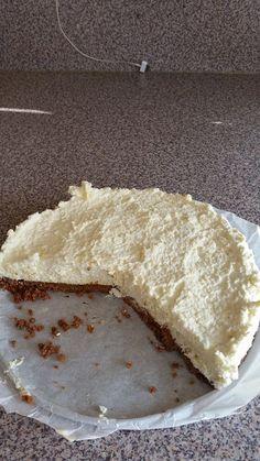 Romige witte chocolade taart. 1 pak Bastogne koeken 125 gr ongezouten roomboter  500 ml slagroom  350 gr witte chocolade Verkruimel de koeken en smelt de boter. Vermeng het samen en doe het in een taartvorm, druk het goed aan. Smelt de chocolade au bain marie. Laat het een stuk afkoelen en klop de slagroom. Doe de chocolade beetje bij beetje bij de slagroom, meng het luchtig samen met een lepel. Schep het mengsel op de bodem van de bastogne koeken. Zet de taart 6 uur ik de koelkast. Cupcake Cakes, Cupcakes, Food Vans, Desserts, Cupcake, Deserts, Dessert, Postres, Cup Cakes