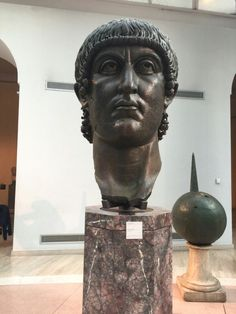VERSCHIJNSEL In 313 maakte keizer Constantijn een einde aan de christenvervolgingen die al sinds 64 v.c aan de gang waren.