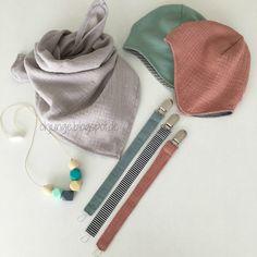 Accessoires für's Wölkchen...ein Musselin- Halstuch , eine Mütze aus Jersey und eine aus Musselin, sowie drei Schnullerbänder , aus Feincord...