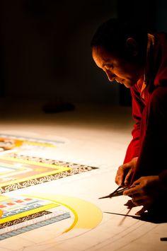 Tibetan Buddhist monk creating a sand mandala Buddha Buddhism, Buddhist Monk, Tibetan Buddhism, Buddhist Art, Gautama Buddha, Meditation, Tibetan Art, Sand Art, Beautiful Mind