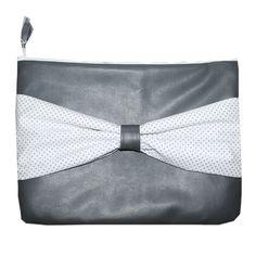 Grijs leren sleeve met wit met grijze stippen strik.